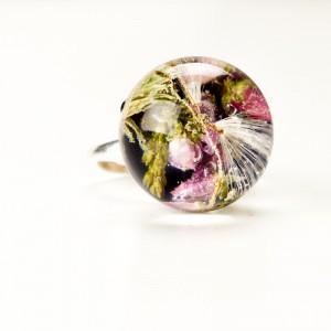 Suszone kwiaty w pierścionku.