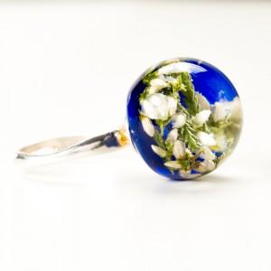 Srebrny pierścionek z niebieskim oczkiem.