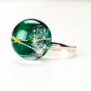 Pierścionek z zielonym oczkiem i dmuchawcem.1