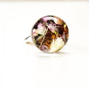 Pierścionek nowoczesny z kwiatami.