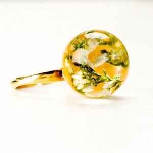 Pierścionek złocony regulowany z kwiatem.