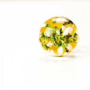 Pierścionek z białymi kwiatami.1