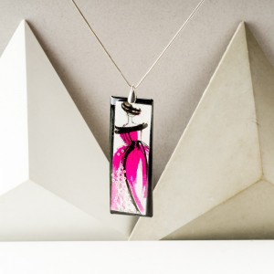 Biżuteria autorska - naszyjnik z różową ręcznie malowaną zawieszką z żywicy na srebrnym łańcuszku 1
