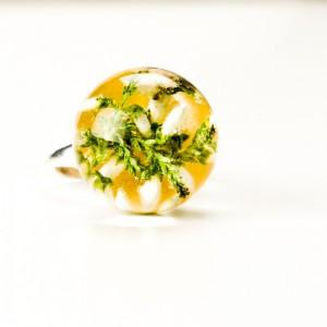 Pierścionek z białymi kwiatami.