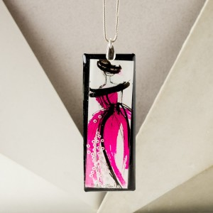 Biżuteria autorska - naszyjnik z różową ręcznie malowaną zawieszką z żywicy na srebrnym łańcuszku