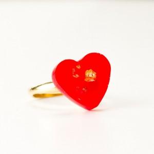 Czerwone serce, pierścionek złocony.1