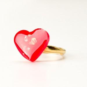 Czerwone serce, pierścionek złocony.