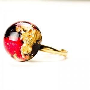 Róża w żywicy- pierścionek.