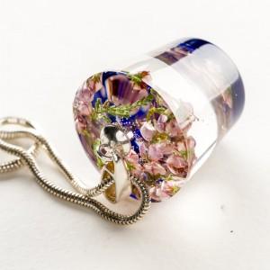 Suszone kwiaty w naszyjniku ręcznie robionym.