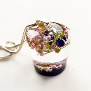 Suszone kwiaty w naszyjniku ręcznie robionym. 1