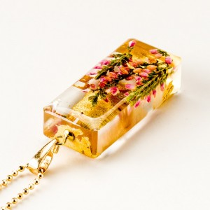 Naszyjnik prostokąt z kwiatami, złocona biżuteria.
