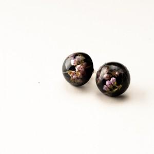 Kolczyki wkrętki czarne z kwiatami i dmuchawcem.