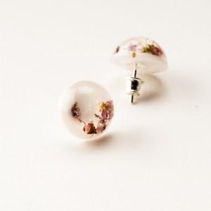 Kolczyki wkrętki białe z kwiatami i dmuchawcem.