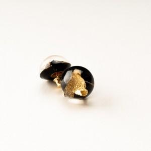 Kolczyki wkrętki z dmuchawcem i płatkami złota.