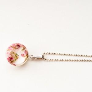 Naszyjnik biały z prawdziwymi kwiatami i dmuchawcem.