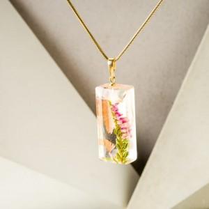 Naszyjnik pozłacany z gałązką różowych kwiatów wrzosu.1