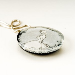 Biżuteria artystyczna, naszyjnik srebrny i srebrna grafika.