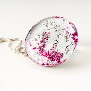 Naszyjnik srebrny malowany ręcznie, srebrna sukienka z różowymi koralikami.