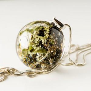 Naszyjnik srebrny zielony z leśnym światem w biżuterii.1