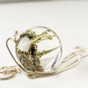 Naszyjnik srebrny zielony z leśnym światem w biżuterii.