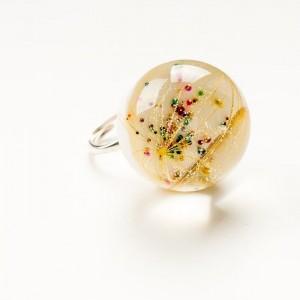 Srebrny pierścionek z dużym oczkiem z dmuchawcem.