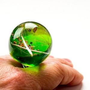 Pierścionek z dużym zielonym oczkiem z prawdziwym dmuchawcem w żywicy  1