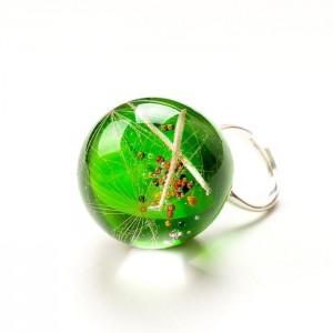 Pierścionek z dużym zielonym oczkiem z prawdziwym dmuchawcem w żywicy