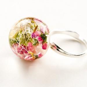 Artystyczny pierścionek  z różowym wrzosem, mchem i dmuchawcem 2
