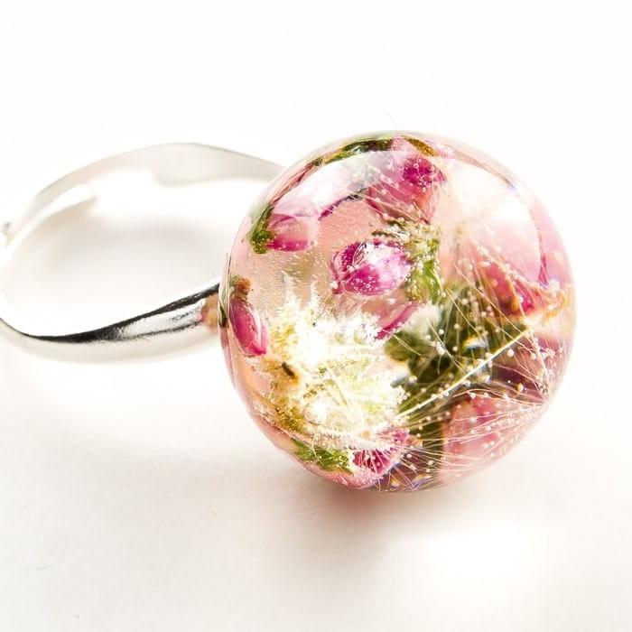 Artystyczny pierścionek  z różowym wrzosem, mchem i dmuchawcem