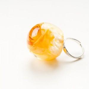 Srebrny pierścionek z dużym oczkiem- żółtą różą.