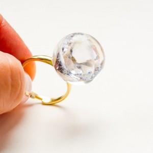 Pierścionek ręcznie robiony pozłacany z białą cyrkonią
