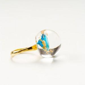 Artystyczny pierścionek pozłacany z turkusową cyrkonią w kształcie diamentu