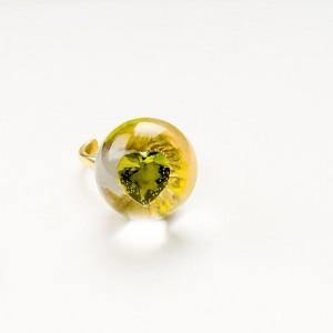 Pierścionek artystyczny pozłacany z zieloną cyrkonią w kształcie serca