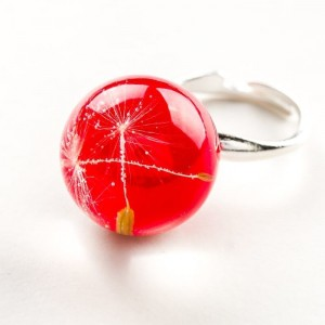 Pierścionek artystyczny regulowany z czerwonym oczkiem z nasionkami prawdziwego dmuchawca  2