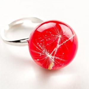Pierścionek artystyczny regulowany z czerwonym oczkiem z nasionkami prawdziwego dmuchawca