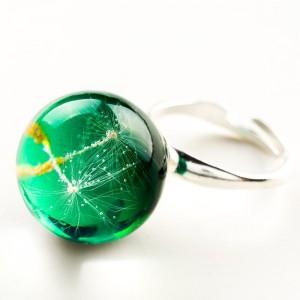Pierścionek ręcznie robiony z zielonym oczkiem regulowany z prawdziwym dmuchawcem