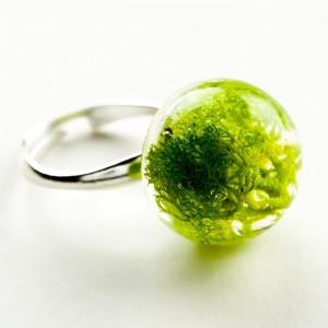 Artystyczny pierścionek srebrny z zielonym norweskim mchem w żywicy