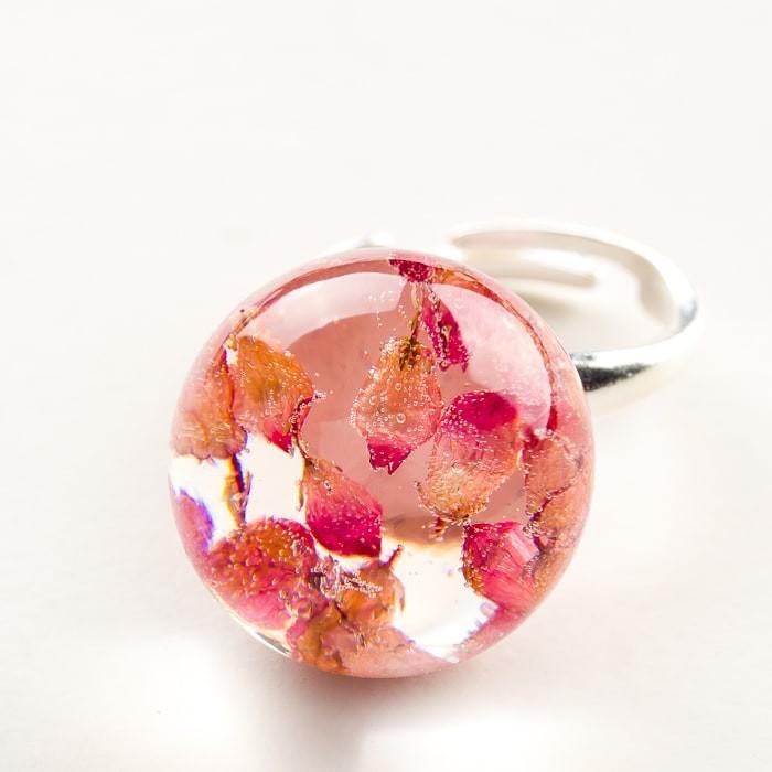 Pierścionek artystyczny z różowym oczkiem z prawdziwymi wrzosami
