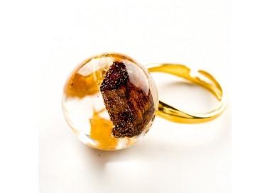 Pierścionek artystyczny pozłacany z brązowo złotym oczkiem z drewienkiem i płatkami złota  1