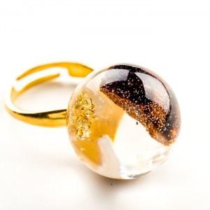 Pierścionek artystyczny pozłacany z brązowo złotym oczkiem z drewienkiem i płatkami złota  2