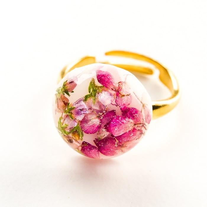 Pierścionek srebrny ślubny różowy z prawdziwymi drobniutkimi kwiatuszkami wrzosu