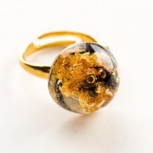 Elegancki pierścionek ręcznie robiony pozłacany z czarno – złotym oczkiem 1