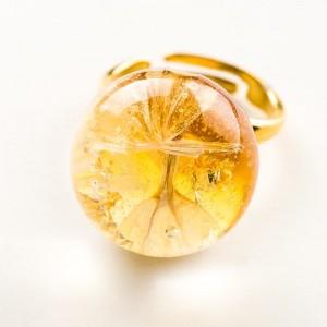 Pierścionek artystyczny pozłacany ze złotym oczkiem i prawdziwym kwiatem zatopionym w żywicy 2