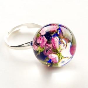 Pierścionek ręcznie robiony z niebieskim oczkiem i różowymi prawdziwymi kwiatuszkami 2