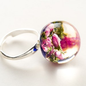 Pierścionek ręcznie robiony z niebieskim oczkiem i różowymi prawdziwymi kwiatuszkami