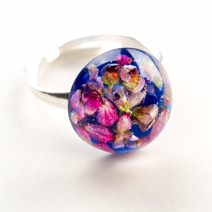 Pierścionek hand made  chabrowy z prawdziwymi kwiatami wrzosu zatopionymi w żywicy