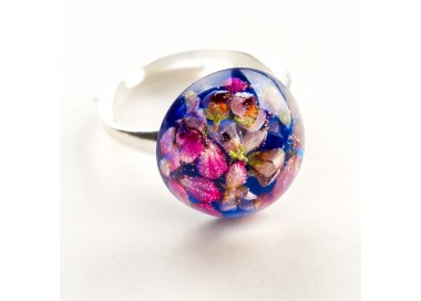 Pierścionek hand made  chabrowy z prawdziwymi kwiatami wrzosu zatopionymi w żywicy 1