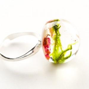 Pierścionek artystyczny z dużym oczkiem z prawdziwym zielonym mchem i wrzosem 2