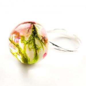 Pierścionek artystyczny z dużym oczkiem z prawdziwym zielonym mchem i wrzosem