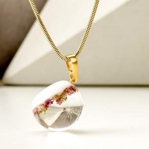 Pozłacany naszyjnik z różowym wrzosem